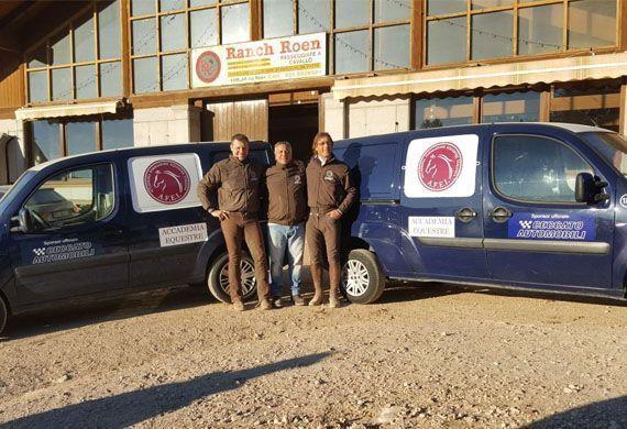 Foto di gruppo di fronte al ranch Roen